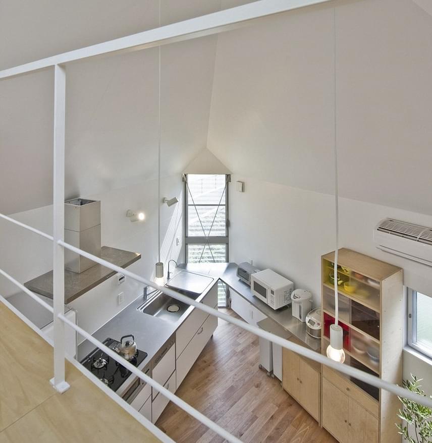 A konyha dupla mennyezetet kapott, és a tetőtéri rálátás fokozza a tágasság érzetét.