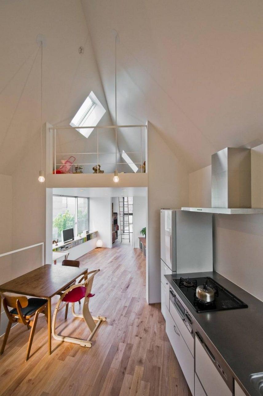 A konyhából felügyelni lehet a galérián kialakított gyerekkuckóban a kicsiket.