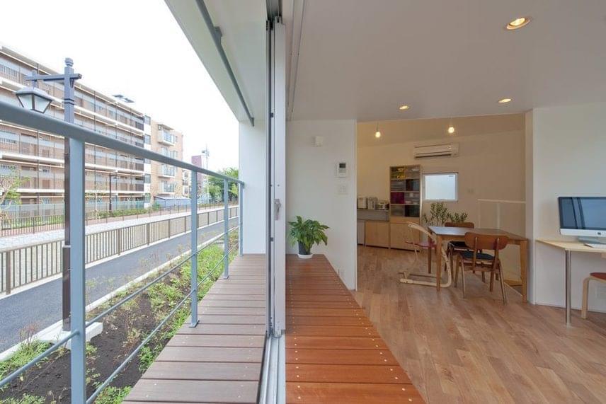 A belmagasság nemcsak felfelé nyit teret, de az oldalirányú kiterjesztés a keskeny helyiségeket is megtoldja. A teraszt az óriási széthúzható ajtók és a beépített szekrények folytatólagos lambériája is tágasabbá teszi. A falakba és bútorokba rejtett tárolási lehetőségek tökéletes rendet biztosítanak.