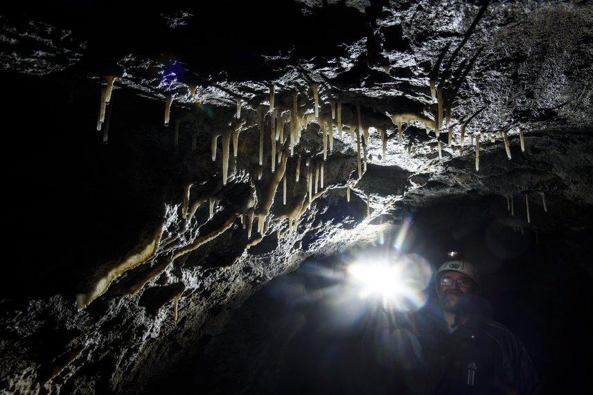 Az alagutat a 20. század elején építették meg az áradó Zagyva vizének elterelésére. A használaton kívüli létesítmény glaukonitos homokkőfalán mára 10-12 centiméteres cseppkövek alakultak ki.
