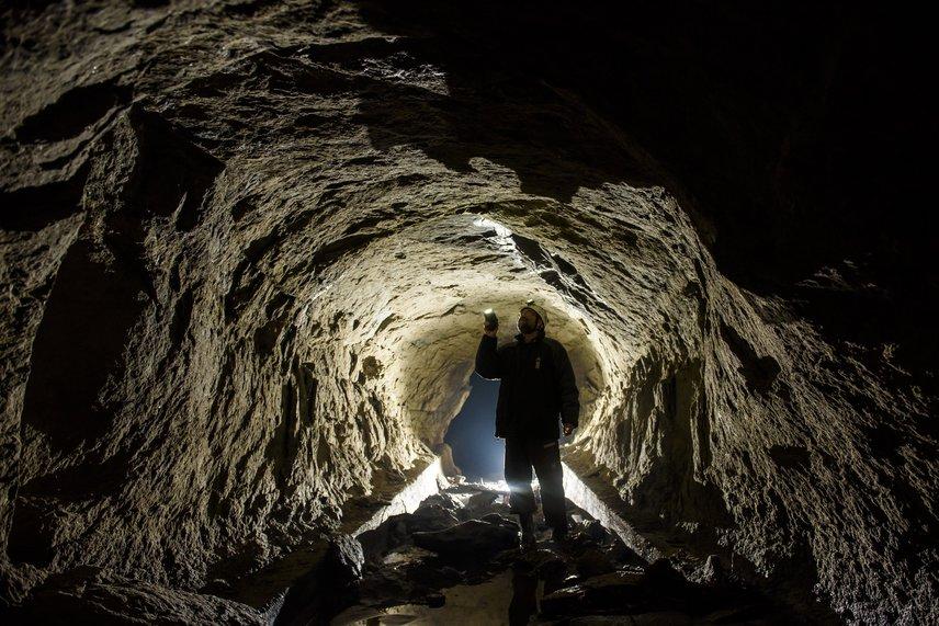A cseppkövekre Salgótarján zagyvarónai részén, egy közel százéves alagútban bukkant rá Prakfalvi Péter, a Novohrad-Nógrád Geopark geológusa. A lelőhely az egykori fűtőerőmű hűtőtavához tartozott.