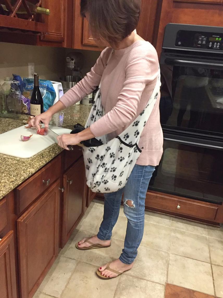 Ez a látvány tárult Cooper elé, amikor a konyhába lépett. Amikor közelebb ment, látta, hogy az anyukája vállán a kutya hordozótáskája lóg.