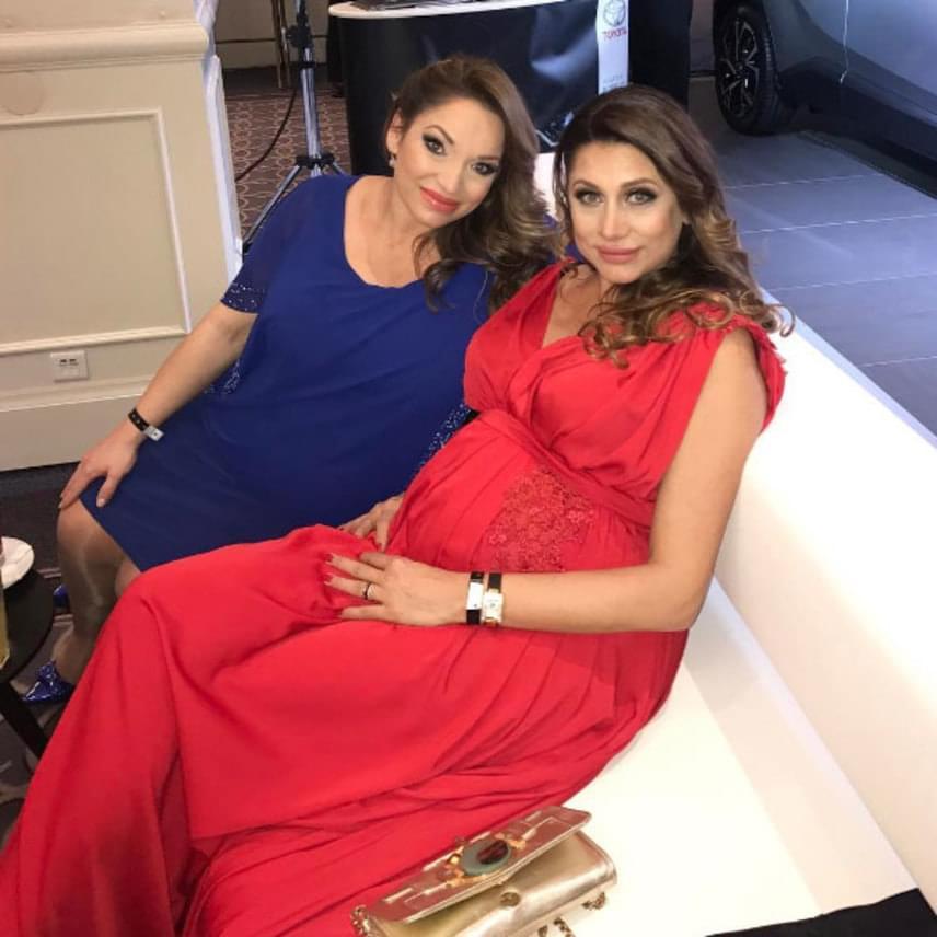 A Story-gála két gyönyörű kismamája együtt pihent a kanapén. Míg Zsuzsi lányos, addig Éva fiús anyuka lesz.