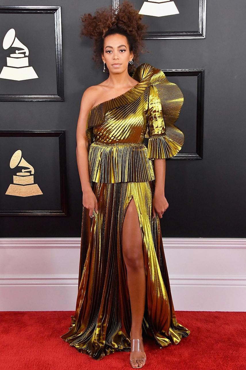 Solange Knowles kérhetne néhány divattippet testvérétől, Beyoncétól - az énekesnő ruhája most sem a legszebbek közé került be.