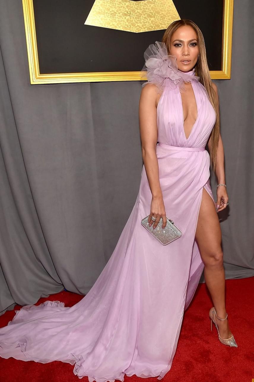 Jennifer Lopez kapott hideget-meleget az estélyi ruhája miatt: míg a szoknyarész sokaknak tetszett, a fodros gallér nem aratott osztatlan sikert a rajongók körében.