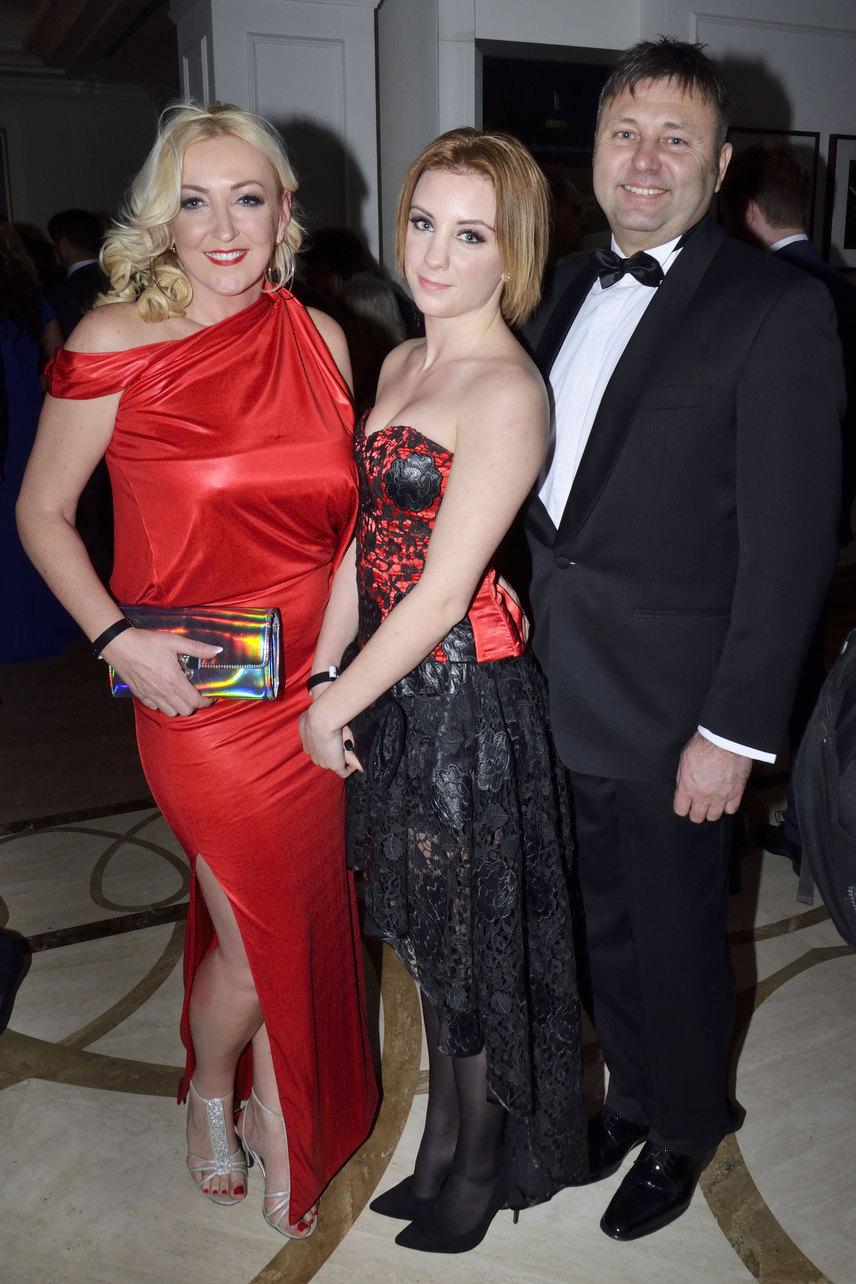 Kandász Andrea és lánya összeöltöztek, a Madleine Couture tervezőjének, Ruzsa Magdolnának egy-egy kreációjában pompáztak. A TV2 műsorvezetőjét természetesen férje is elkísérte.