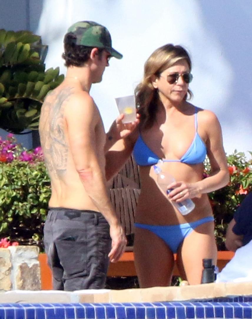 Jennifer Aniston és férje, Justin Theroux a medence partján. A Jóbarátok színésznője közel az 50-hez is remek formában van.