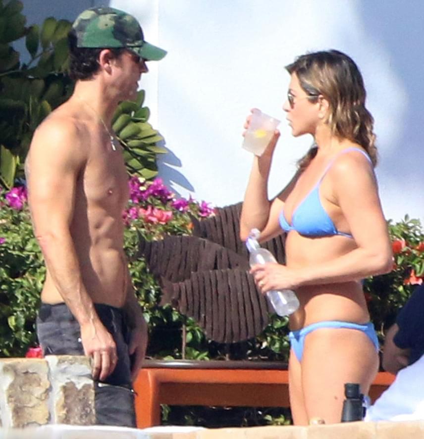 Persze férjének, a 45 éves Justin Theroux-nak sem lehet oka panaszra. Izmos has, tetoválás és napszemüveg - nem csoda, hogy Jennifer odáig van érte.