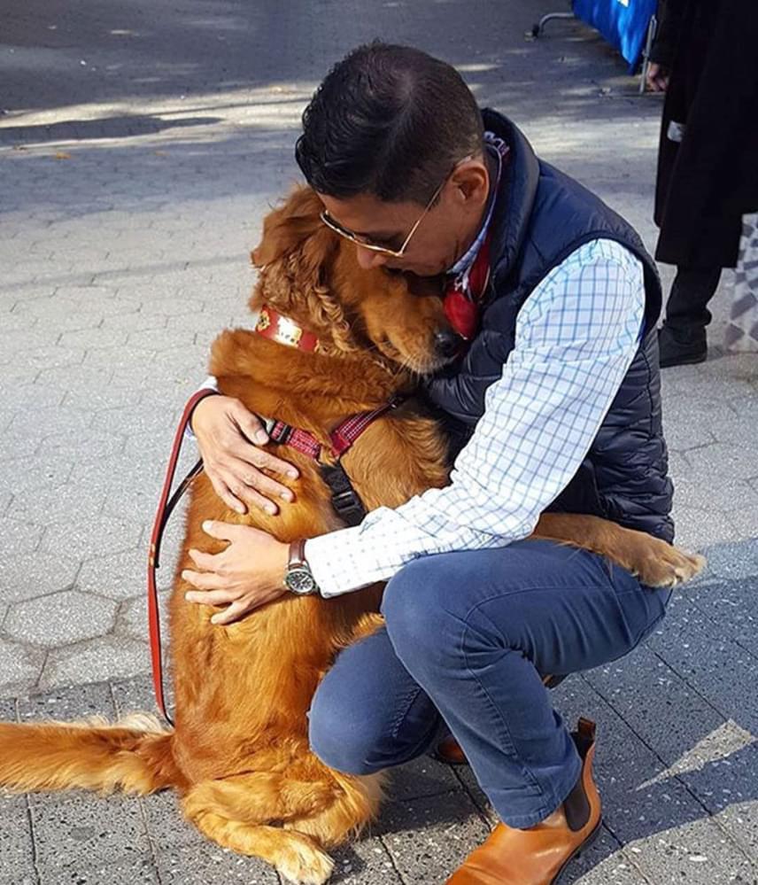 Louboutina nagyon bújós, szeretnivaló kutyus, aki különleges küldetést vállalt magára Valentin-napon. Ilyenkor ugyanis órákat tölt gazdájával az utcán sétálva, ahol egy öleléssel bárkinek a napját örömtelivé teszi.