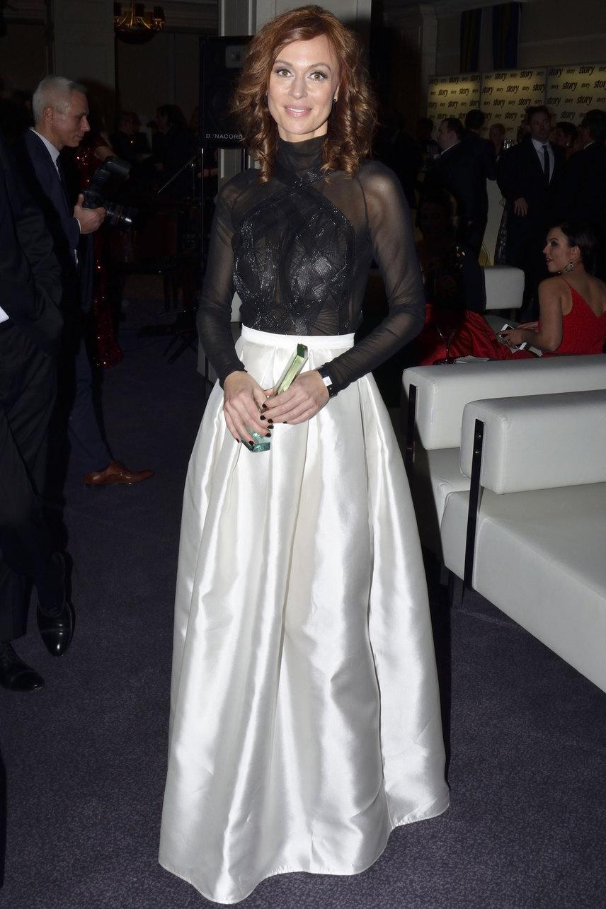 Gubík Ági, aki az év színésznője közönségdíjat nyerte el a 18. Story-gálán, az Elysian tervezőjének, Bódis Boglárkának egy fekete-gyöngyház darabjában tündökölt.