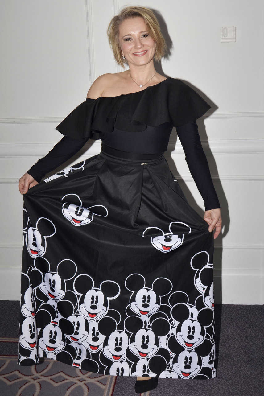 Mérai Kata a Sugarbird Miki egerekkel díszített, fekete ruhájában bohókásra vette a figurát.