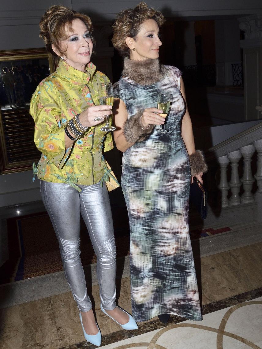 Sztárek Andrea egy nagyon vagány összeállításban barátnőjével, Keresztes Ildikó színésznővel mulatott.