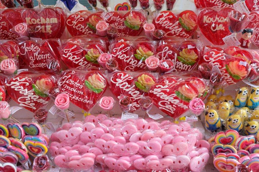 Európában sincs Valentin-nap a lázas készülődés és rózsaszín pompa nélkül. A képen szívformájú édességek garmadája látható egy poznani üzletben.