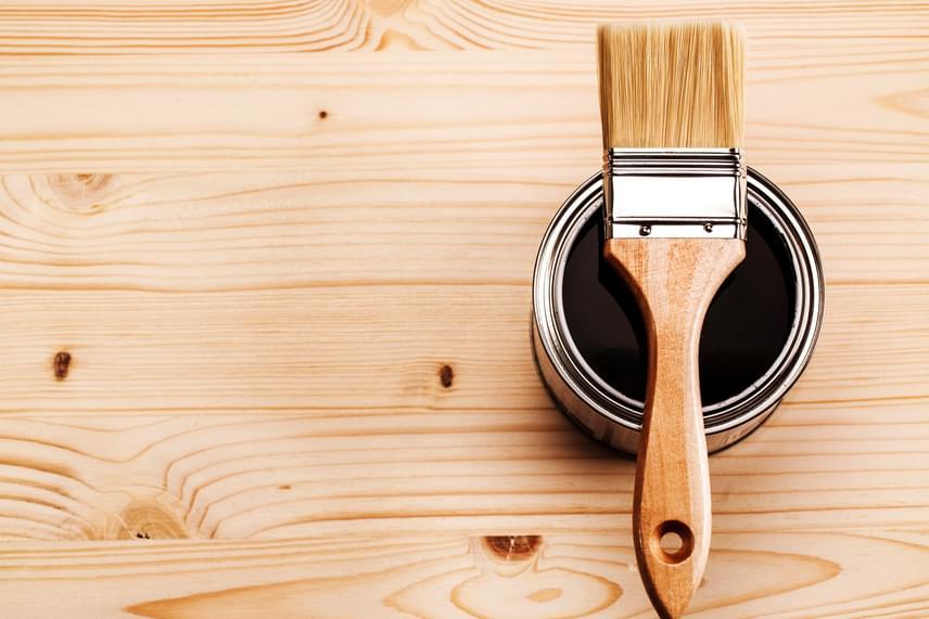 Lakkokból, festékekből mindenképp érdemes környezetbarát verziót venni, ezek ugyanis gyakran tartalmaznak káros anyagokat, többek között formaldehidet is, melyek lassan párolognak el belőlük, miután a falra vagy a padlóra kerültek. A formaldehid jelenléte rövid távon is okozhat kellemetlen tüneteket, például allergiát, nem beszélve hosszabb távú káros hatásairól. Használatát szerencsére egyre erőteljesebben szabályozzák, míg azonban jelen van egyes termékekben, fontos a fokozott óvatosság. Vásárolj formaldehidben szegény vagy formaldehidmentes változatokat, és szellőztess nagyon gyakran, ha ilyen tárgyak vannak a lakásodban.