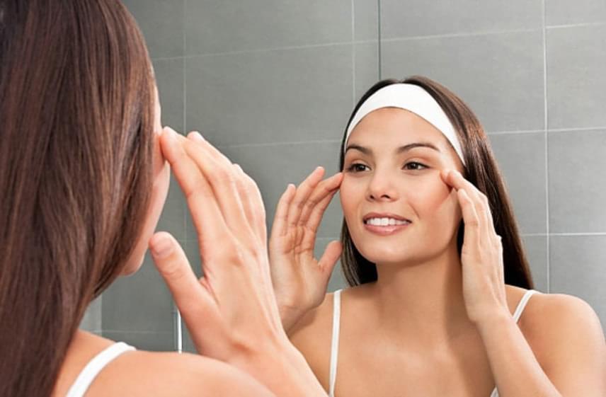 Az arcmasszázst se felejtsd el. Ha nem is naponta, hetente legalább kétszer érdemes átmasszíroznod hosszabban az arcodat hidratálás közben. Ahogy idősödik az ember, a vérkeringést érdemes kicsit javítani az arcmasszázzsal. Miután megtisztítottad a bőröd, a hidratáló segítségével masszírozd át, hogy frissebb és rugalmasabb legyen.