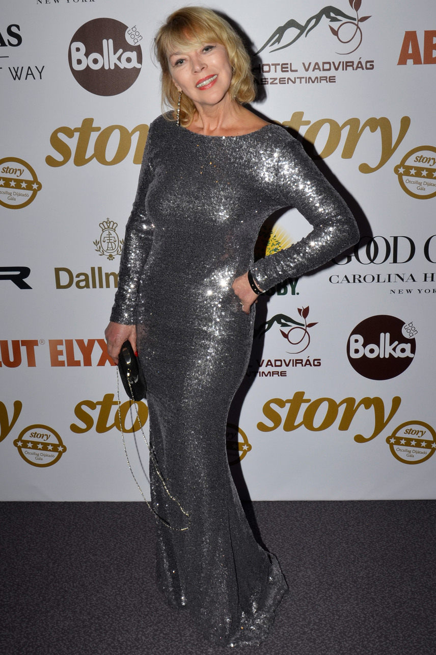 Nyertes Zsuzsa színésznő bátran felhúzhatta ezt a testhezálló, ezüst kreációt, 58 évesen is remekül áll neki.