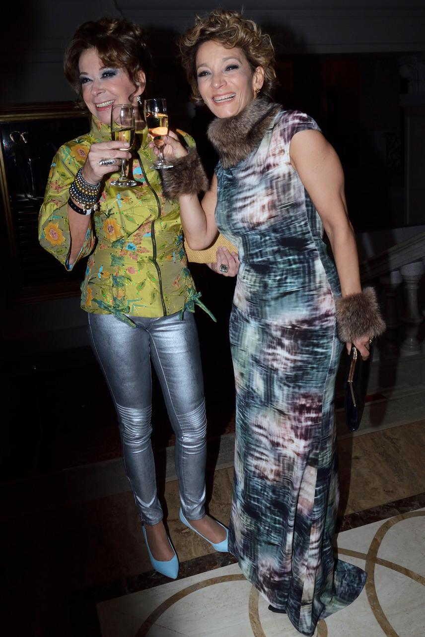 A Barátok köztből is ismert 57 éves színésznő, Sztárek Andrea és az 52 éves énekesnő, Keresztes Ildikó megmutatta, hogyan kell viselni egy-egy különleges darabot.