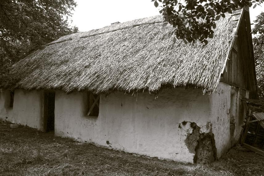 A képen látható épületet tájházként állították helyre, így akik kíváncsiak a falu szomorú történetére, itt megismerhetik azt, ami megmaradt Nagygécből.