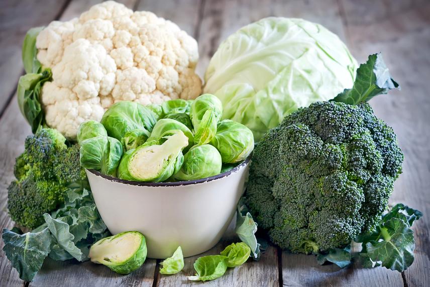 A káposztaféléket, a brokkolit és a karfiolt is érdemes rendszeresen párolt vagy sült formában beiktatni az étrendedbe, hiszen ezek növényi tápanyagaikkal, például antioxidánsokkal védik a pajzsmirigyet. Nyers változatukkal kapcsolatban számos kutatás mond egymásnak ellent, melyek egy része szerint ezek a nyers zöldségek gátolják a pajzsmirigyben a jód felvételét, így, noha stabil bizonyíték nincs az állításokkal kapcsolatban, mégis inkább ajánlott őket főzve fogyasztani.