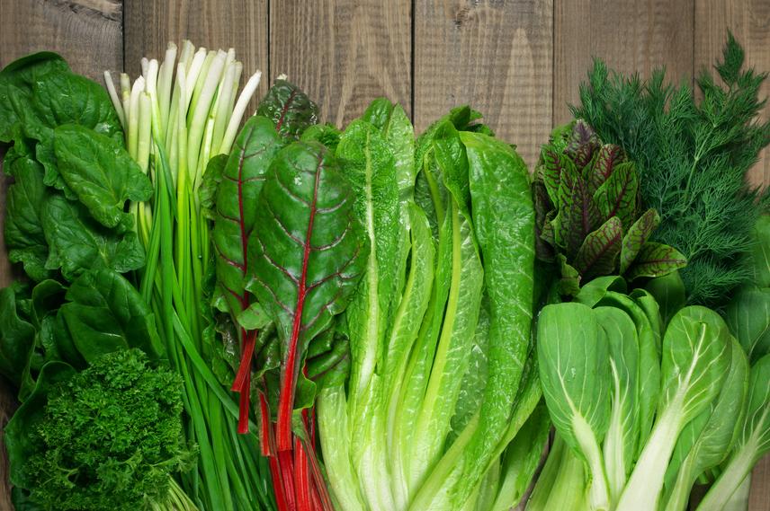 Fogyassz naponta, lehetőleg már reggel zöld színű zöldségeket, például spenótot, salátaleveleket. Ezekben ugyanis zöld növényi festékanyag, klorofill található, mely gátolja a pajzsmirigy számára káros anyagok felszívódását, sőt, segít abban, hogy energikus legyél.