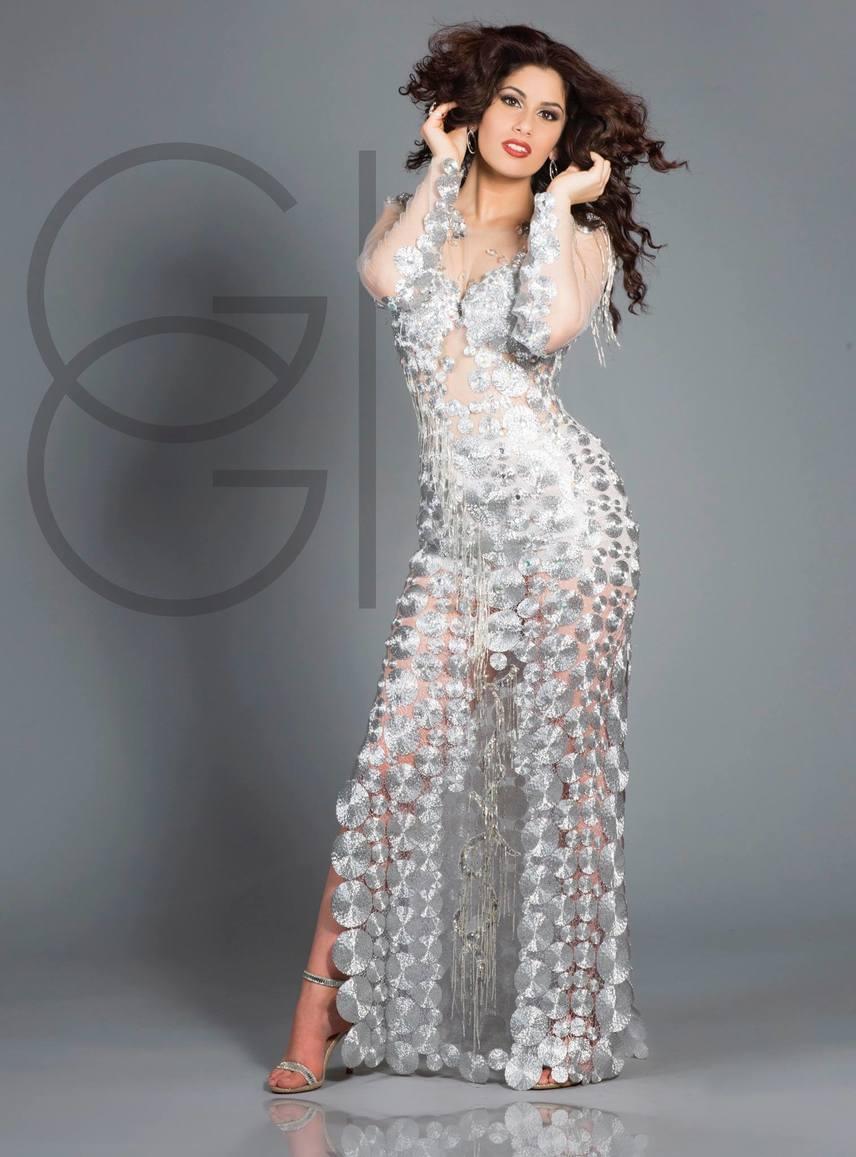 Ezt a különleges ruhát Becker Beatrice tervezte, és remekül állt Radics Gigin, aki nem nagyon tud mellényúlni, ha divatról van szó.