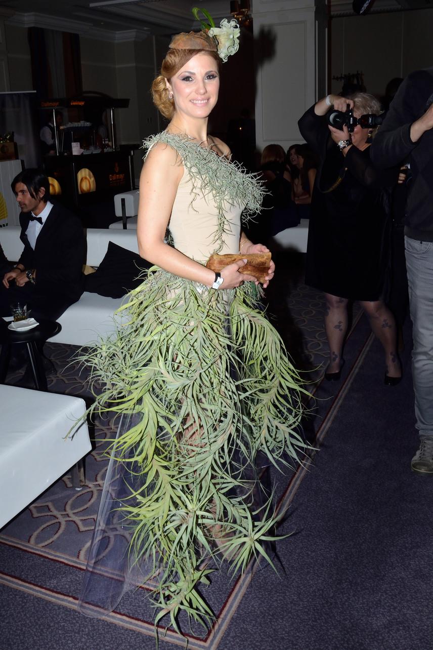 Sallai Nóra felsőrészét részben, a szoknyáját teljes egészében tüllre varrt zöld növények díszítették. A kreációt Szilas Rita tervezte.