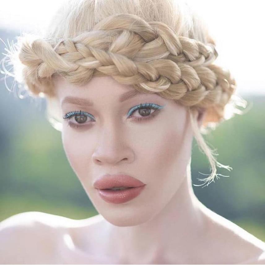 Haja szőke, bőre tejfehér, vonásai mégis az afroamerikai jellegzetességeket mutatják: Diandra különleges szépség.