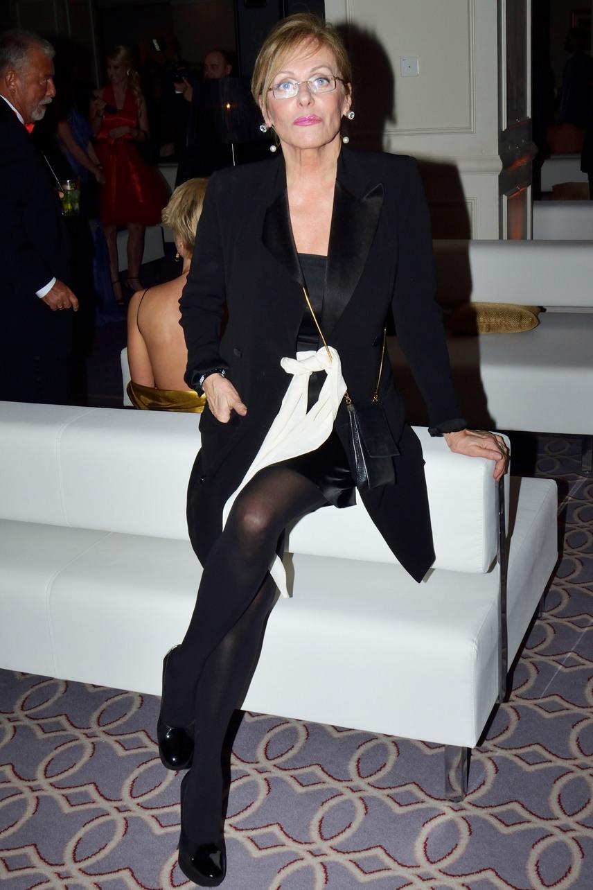 Pataki Ági alakja és formás lábai mellett ma sem lehet szó nélkül elmenni, a 65 éves modellből lett filmproducer az est egyik díjátadója volt.