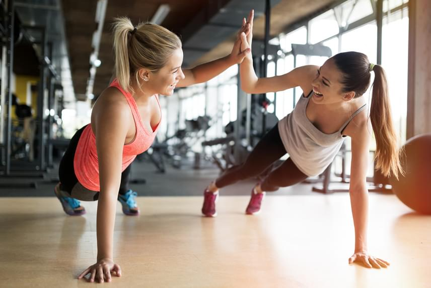 Nincs jobb mellizom-erősítő gyakorlat, mint a fekvőtámasz, ugyanis erősíti a nagy mellizmot és a kis mellizmot is. Ha az elején nehezen megy, csináld a női verziót, azaz a térded maradjon lent a földön, miközben fekvőtámaszozol. Végezz el 12 gyakorlatot, majd ismételd meg négyszer. Ne lepődj meg, ha az elején nem megy, ahogy erősödsz, úgy bírod egyre inkább.