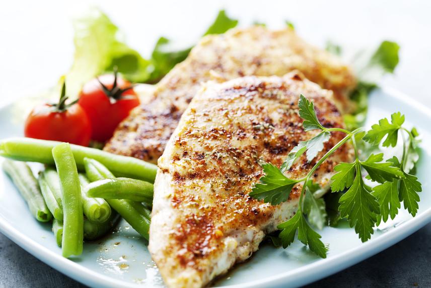 A grillezett vagy vasalt csirkemell is nagyon jó választás, hiszen a sovány, fehérjedús húst így kevés olajjal készítheted el. 100-150 gramm csirkemellhez használj 300-350 gramm nyers vagy pirított zöldséget köretként, vagy válassz ezek közül a köretek közül a burgonya és rizs helyett egyet. Ha egészséges zsírokkal szeretnéd kiegészíteni az ételt, szórj a csirkemell tetejére egy evőkanál pirított mandulát, tökmagot vagy fenyőmagot.