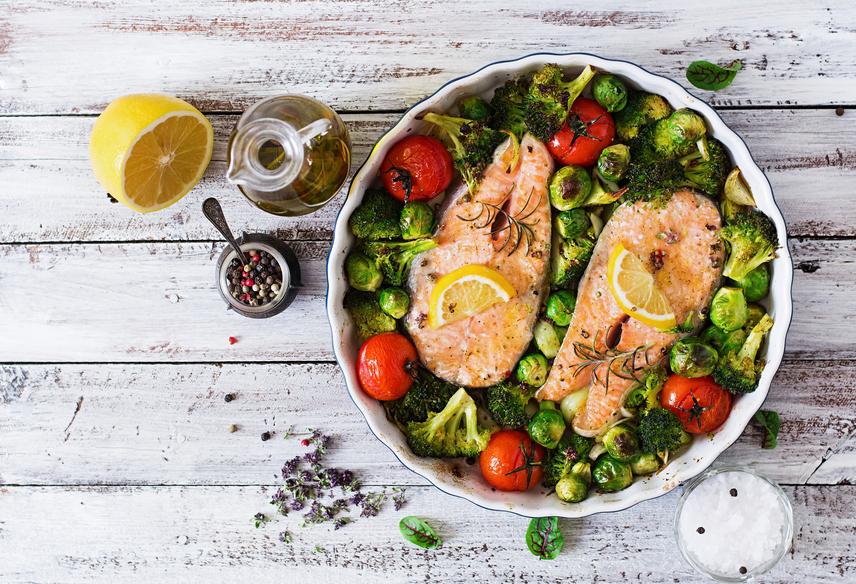 Hetente egyszer legalább érdemes halhúst fogyasztani vacsorára zöldségkörettel. Jó választás például a lazac, a tonhal vagy tőkehal, melyet sóval, borssal készíts el, és egy kevés citromlével fűszerezz. Köretként tálalj a 100-150 gramm hal mellé 350 gramm zöldséget, így egy rostokban, fehérjékben és egészséges zsírokban gazdag vacsorát kapsz.