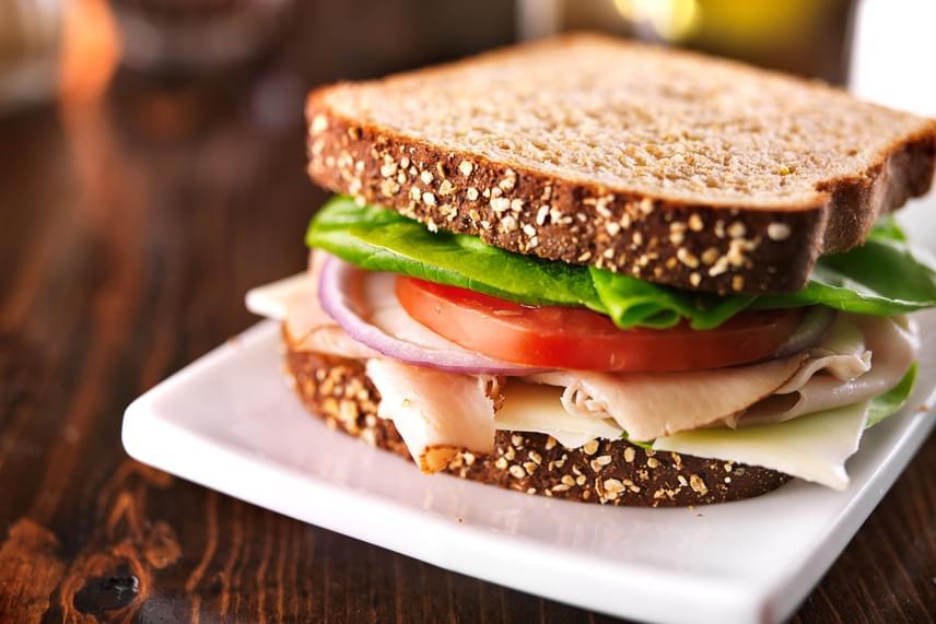 Ha vacsorára szendvicset készítesz, akkor a kenyér helyett a feltéteké legyen a főszerep. Törekedj arra, hogy két vékony szelet teljes kiőrlésű kenyeret vagy diétás kétszersültet használj nagyjából, és ezeket pakold meg annyira, hogy jóllakj. Vajat, margarint, ömlesztett sajtot, májkrémet ne használj. Próbáld ki inkább a házi padlizsán- vagy avokádókrémet. Emellé kerülhet 100 gramm főtt tojás vagy 50 gramm pulykasonka, míg olyan zöldségeket, melyek nem édesek korlátlan mennyiségben pakolhatsz a kenyérre.