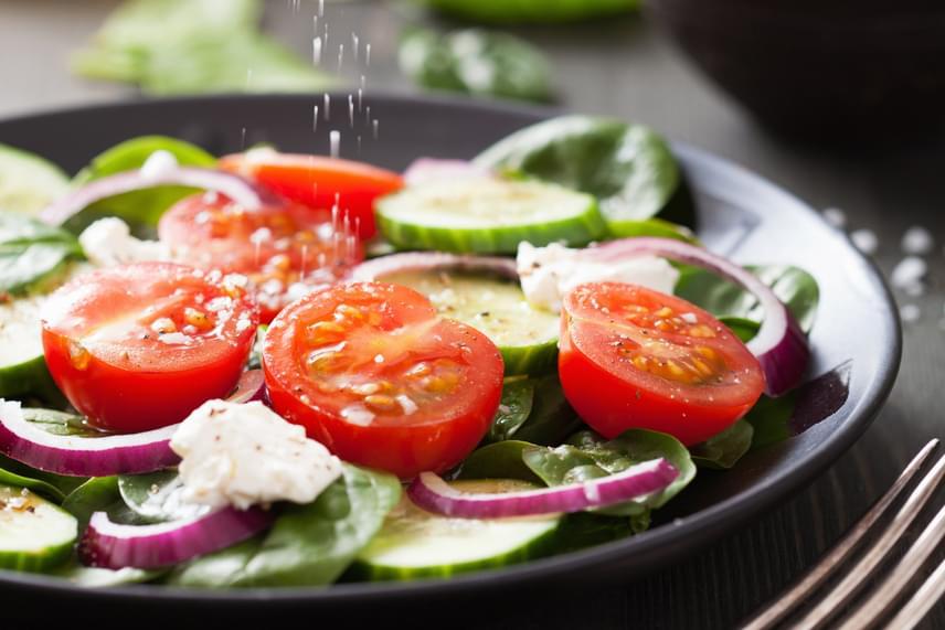 Kiadós salátát készíthetsz vacsorára, ha 300 gramm friss zöldséget és 100-150 gramm magas fehérjetartalmú alapanyagot kombinálsz. Ez utóbbi lehet például főtt tojás, párolt csirkemell bőr nélkül, tonhal vagy zsírszegény joghurt. A salátába érdemes ezek mellett 10-30 gramm egészséges zsírforrást is beiktatni, például avokádó, vagy mandula formájában.