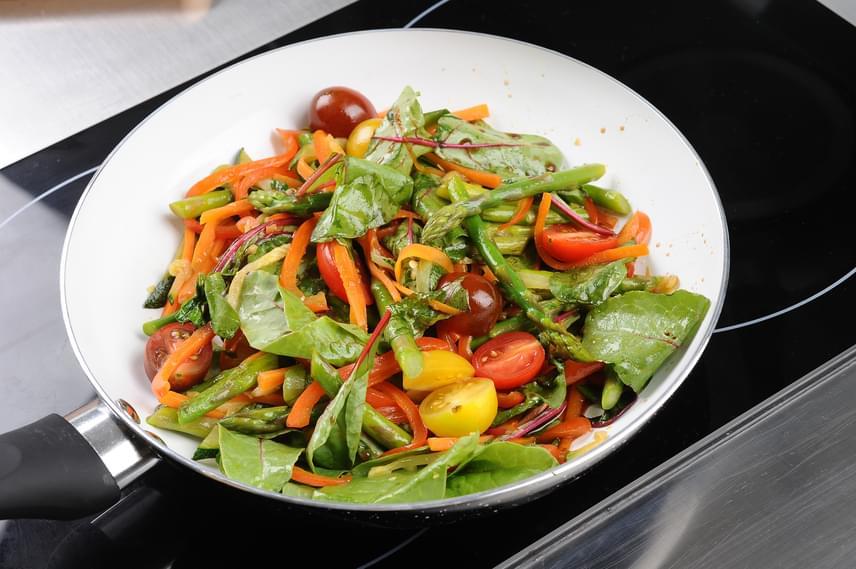 Zöldségekből ízletes wokételt készíthetsz, melyet köretként, sőt, egy fehérjedús ebéd vagy uzsonna után magában is fogyaszthatsz vacsorára. Válogass kedved szerint sárgarépát, borsót, csírákat, paradicsomot, paprikát, spárgát, levélzöldségeket, sőt, a krumplit és a kukoricát leszámítva bármi kerülhet a wokba. Arra azért ügyelj, hogy ne hüvelyesekből álljon a zöldség jelentős része. Használj egy étkezéshez nagyjából 300 gramm friss vagy 400 gramm fagyasztott zöldséget, melyet chilivel, borssal, kurkumával és más erős ízekkel is fűszerezhetsz, így igazán laktató lesz az egészséges fogás.