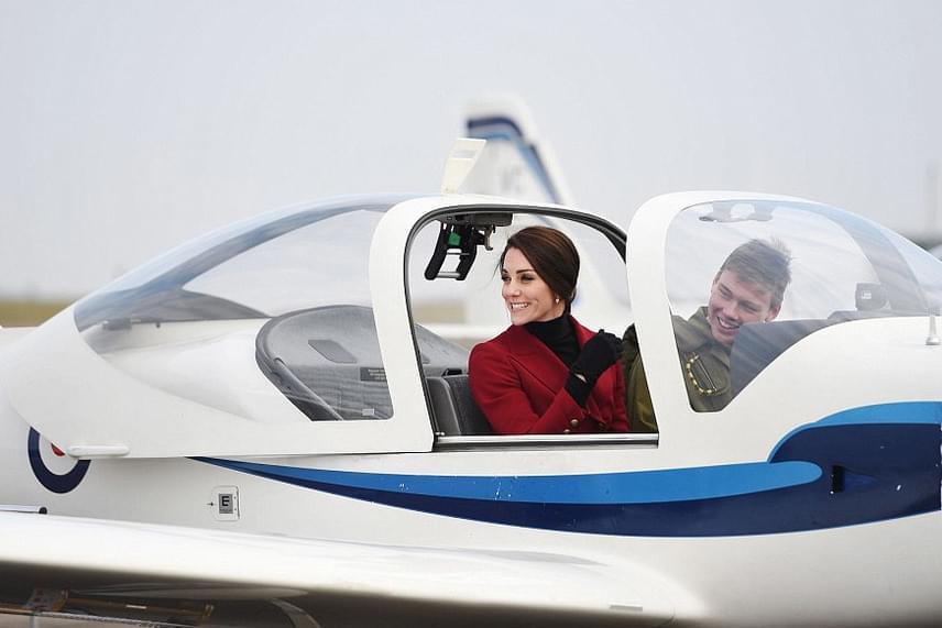 2008-ban Vilmos herceg pont egy ilyen géppel tanult repülni, mint amilyennel most feleségét tanítgatták.