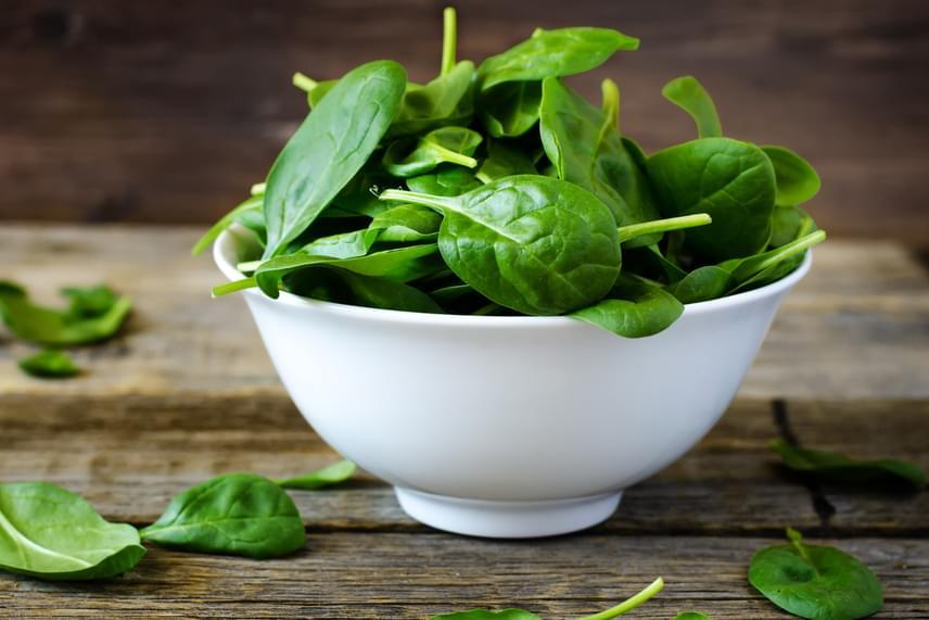 A B-vitaminok nagyon fontos szerepet játszanak az örökítőanyag-károsodások kiküszöbölésében, élükön a B9-vitaminnal, vagyis a folsavval, nem véletlen, hogy az egyik legjelentősebb magzatvédő vitaminnak számít. Kutatások szerint a folsav megfelelő bevitele csökkentheti a bélrendszeri, a hasnyálmirigy- és a petefészekrák kialakulásának kockázatát, hiányában azonban például nagyobb valószínűséggel alakul ki a mellrák olyan nőknél, akik rendszeresen fogyasztanak alkoholt. A folsav nagyobb mennyiségben van jelen többek között a spenótban és más zöld leveles zöldségekben, így ezeket mindenképp érdemes beiktatni az étrendbe.