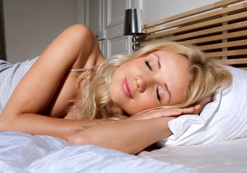 A kevés alvás egyrészt az nassolásra csábít, márészt fáradtan a hormonok is felborulnak, így még inkább többet eszel úgy, hogy észre sem veszed. Ez azonban már napi hét óra alvással kellőképp kiküszöbölhető.