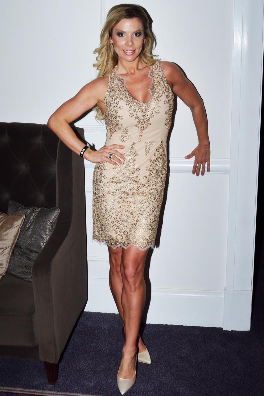 Pirner Alma ebben a nude színű, arannyal díszített koktélruhában mutatta meg tökéletes alakját - a ruhát Kovács Erika tervezte.
