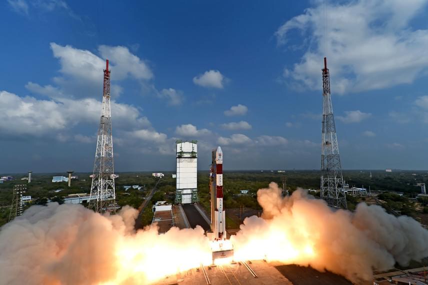 A rekordmennyiségű műholdat szállító PSLV-C37 nevű rakéta az Indiai Űrkutatási Szervezet - ISRO -által közreadott képen, a kilövés pillanatában.