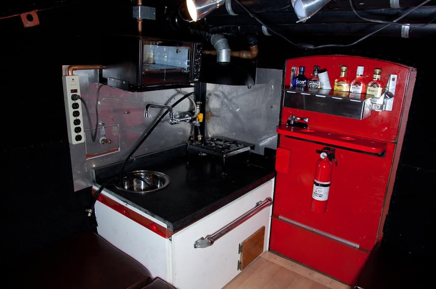 A szemeteskonténerben háló, fürdő és egy kis konyha is helyet kapott, emellett még minibárt is a magáénak tudhat. A konyhában mikrohullámú sütő és egy elektromos minitűzhely is rendelkezésre áll.