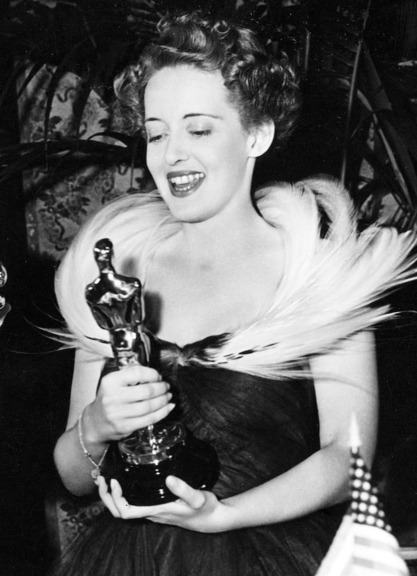 Bette Davis élete folyamán tíz Oscar-jelölést kapott, amiből kettőt díjra is tudott váltani. Az 1989-ben elhunyt amerikai színésznőt 1935-ben jelölte először a Filmakadémia, utoljára pedig 1963-ban. Az aranyszobrokat a harmincas években vehette át a Dangerous és a Jezebel című filmekben nyújtott alakításaiért.