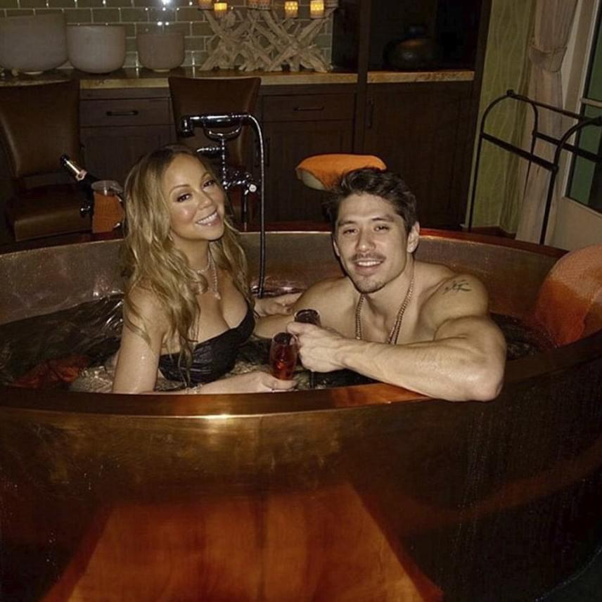 Mariah Carey és Bryan Tanaka így ünnepelték a Valentin-napot - az énekesnő a kádban simogatta fiatal kedvesét, miközben pezsgőztek. A kommentelők szerint ez a pillanat inkább maradt volna kettejük között - nem szükséges mindent megosztania.