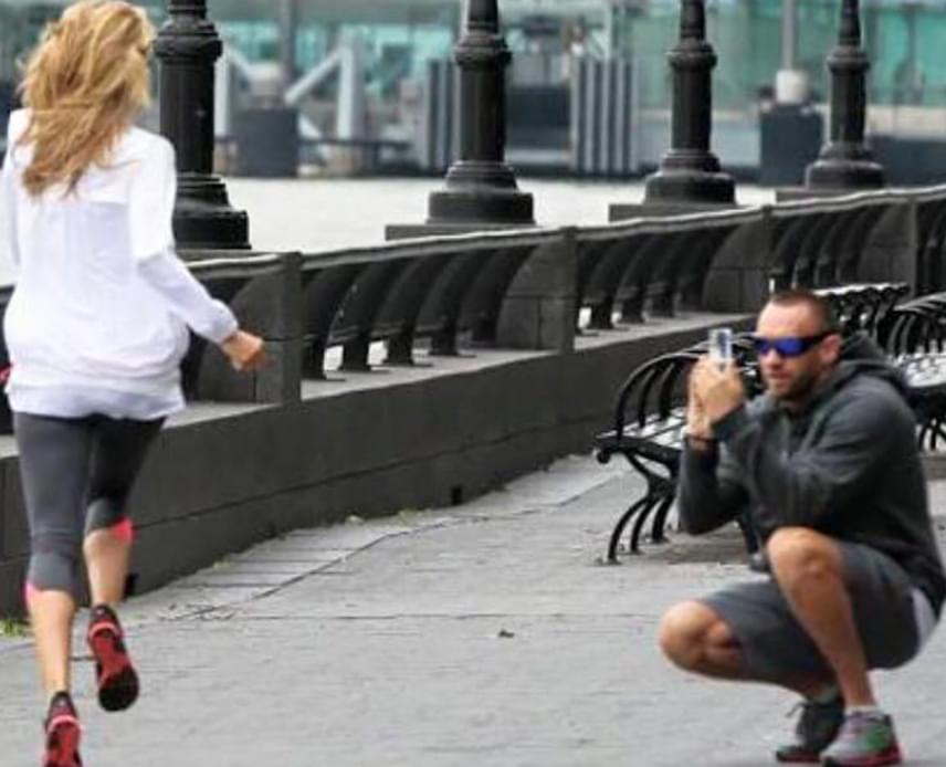 Gondolj csak bele, hányszor kell oda-vissza futnia ennek a lánynak, hogy a szerelme elkapja a megfelelő pillanatot.