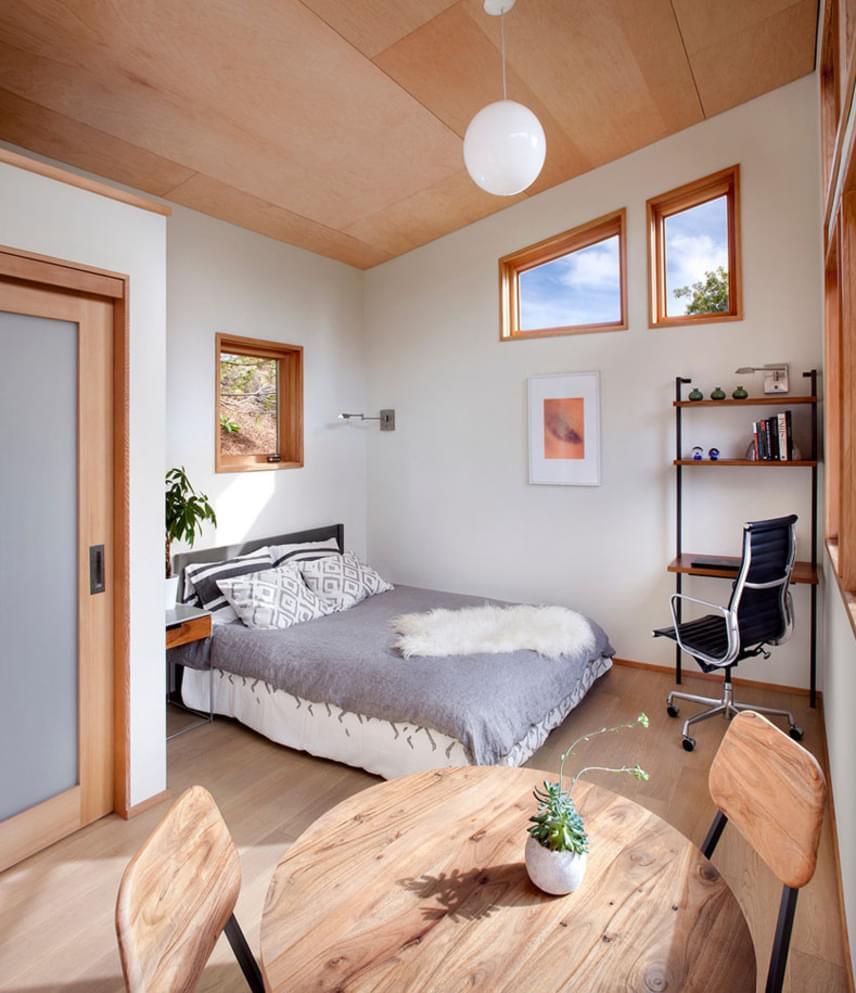 Bár kisebb, mint egy átlagos lakás, tágas és gyönyörű. Minden helyet kapott benne, amire szükség lehet, a világos falaknak, a belmagasságnak, a hatalmas ablakoknak, a beáramló fénynek, a pasztellszíneknek és a letisztult berendezésnek köszönhetően pedig tökéletesen megvalósul területén minden olyan lakberendezési praktika, mely a tértágítást szolgálja.