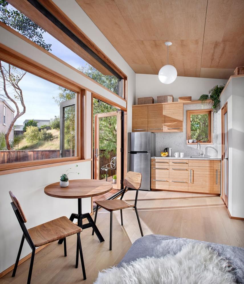 Az Avava Systems tervei alapján hat hét alatt elkészült otthon fürdőszobát, hálószobát és konyhát is a magáénak tudhat. Az ágy mellett még egy dolgozóasztalnak is lett hely, éppúgy, ahogy ebédlőasztal is található a házban.