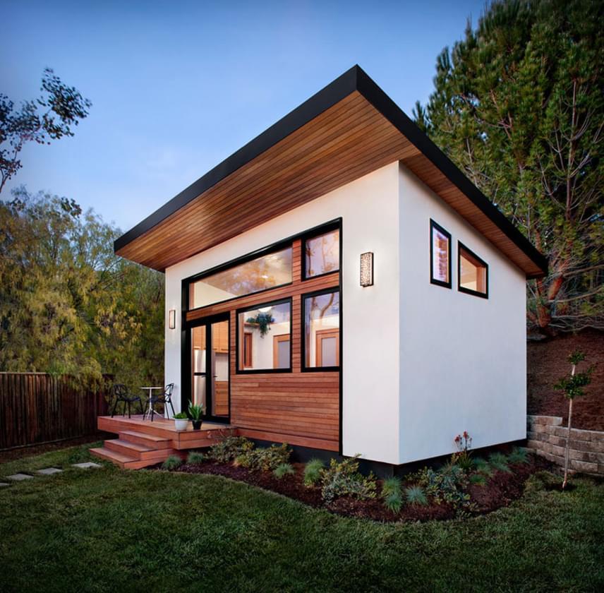 Az apró, alig több, mint 24 négyzetméteres kis otthon egy kerti vendégház, mely azonban tökéletesen alkalmas arra is, hogy állandó lakóhelyként funkcionáljon.