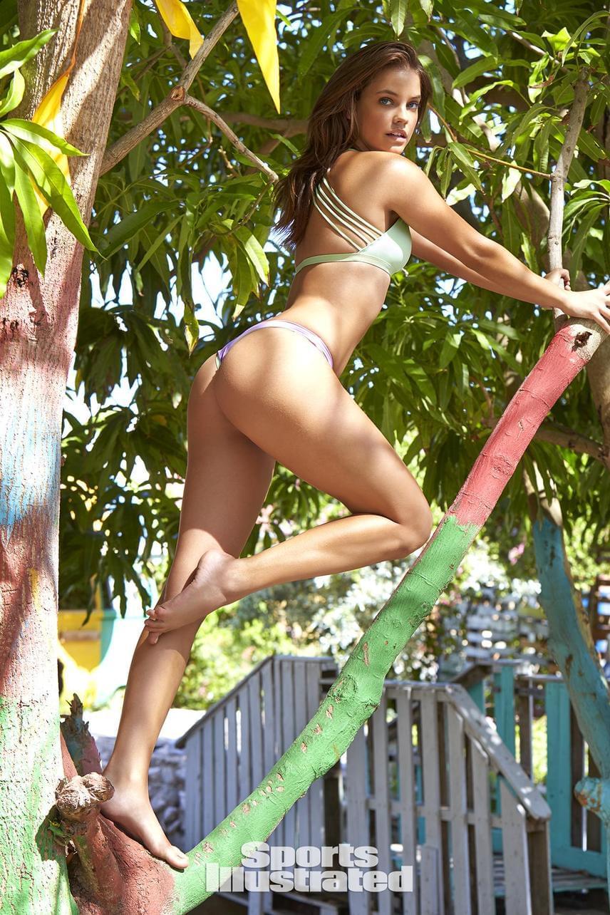 Palin Barbi nemcsak falatnyi bikiniben tud észvesztően pózolni, hanem a fotó tanúsága szerint fára mászni is.