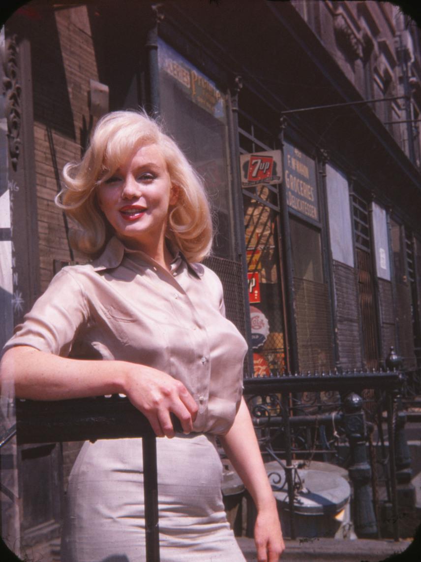 1960. július 8-án készültek a fotók a Fox Stúdió előtt, ahol Marilyn éppen a Kallódó emberek című filmjéhez tesztelt különféle frizuraterveket.