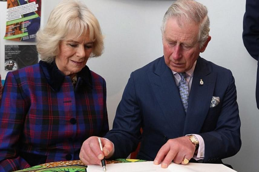 Kamilla hercegné és férje aláírták a klub vendégkönyvét is. Ezúttal Károly herceg révedt el a gondolataiban.