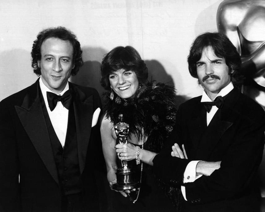 Az 1974-es Oscar-gálán Julia Phillips lett az első női producer, aki elnyerte a legjobb filmért járó aranyszobort. Paul Newman és Robert Redford ma már klasszikusnak számító filmjéért, A nagy balhéért vehette át az Oscar-díjat férjével, Michael Phillipsszel - bal oldalon -, és Tony Bill-lel - jobb oldalon.
